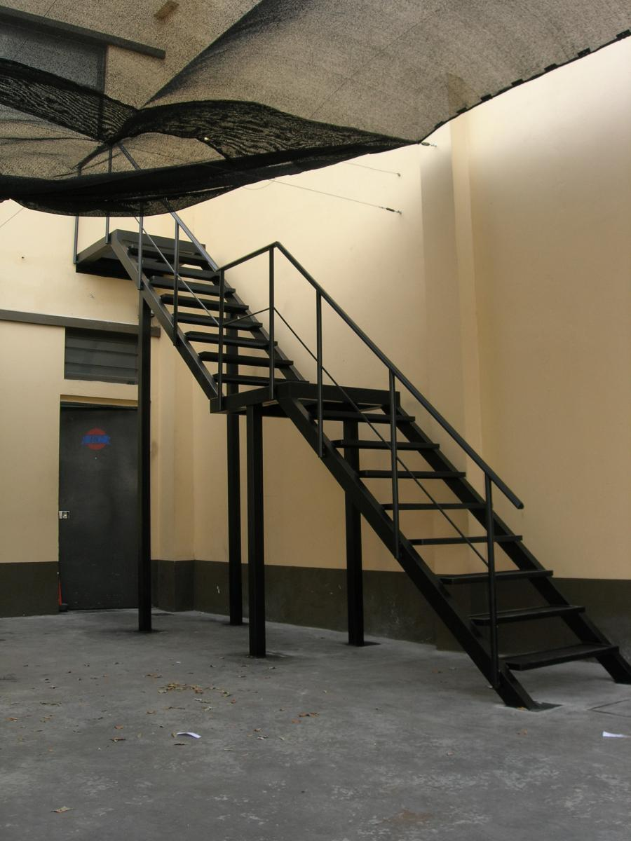 Extramet ramos mej a cuba 501 for Escalera de metal con descanso